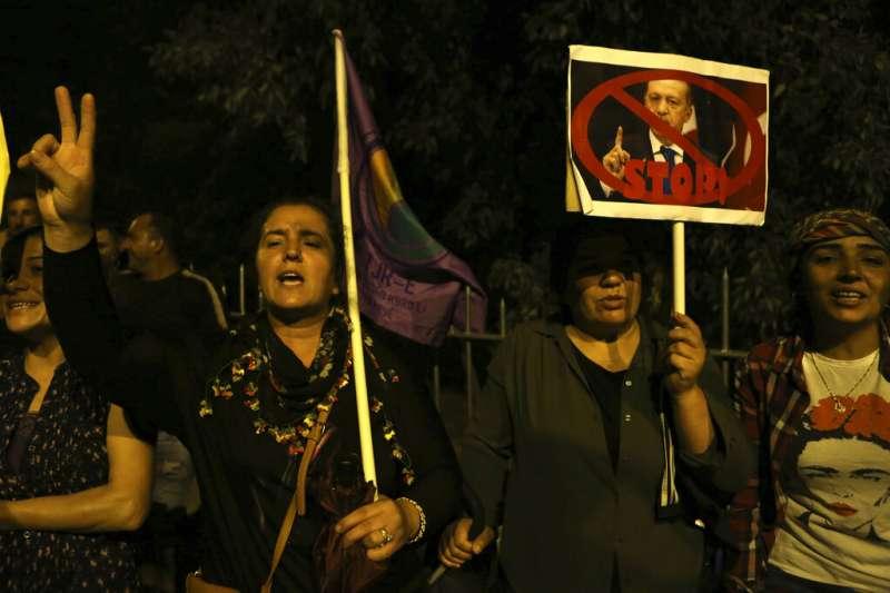 敘利亞北部的庫德族人遭到土耳其軍隊驅趕,居住在塞普勒斯的庫德族為遠方同胞上街示威,抗議土耳其的軍事行動。(美聯社)