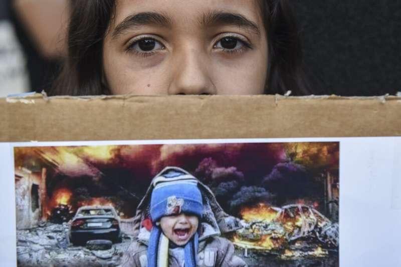 敘利亞北部的庫德族人遭到土耳其軍隊驅趕,居住在希臘的庫德族為遠方同胞上街示威,抗議土耳其的軍事行動。(美聯社)