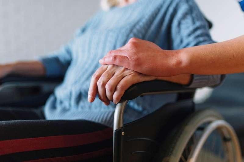 腦中風最麻煩的就是後遺症,因為會伴隨患者一輩子,會依腦部受損位置與範圍大小而有所不同。(圖/freepik)