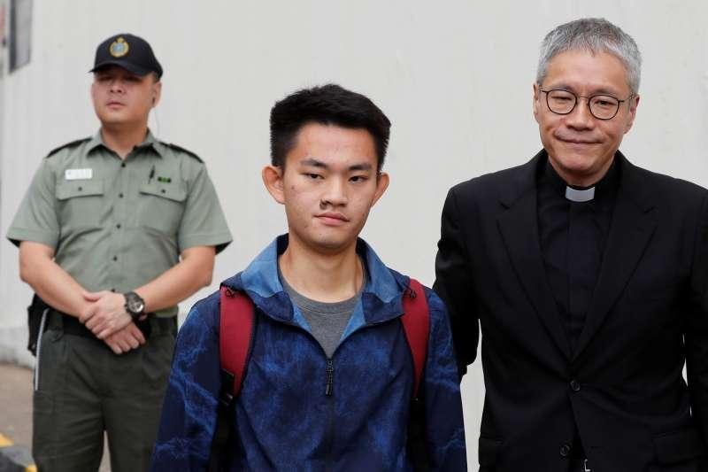 陳同佳(中)假釋出獄後,香港政府已無法再度逮捕他。(AP)