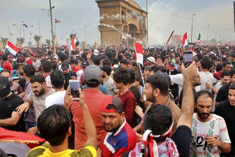 10月25日,伊拉克全國性反政府示威再起,有大約4000人聚集在巴斯拉省(Basra)政府大樓附近。(AP)