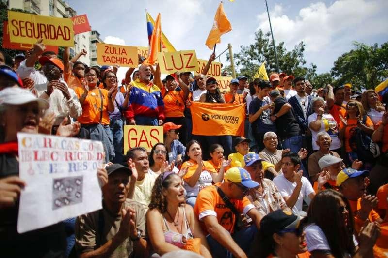 委內瑞拉政府長期缺乏資金維護基礎設,24日反對馬杜洛的示威者為長期停電問題上街抗議。(AP)