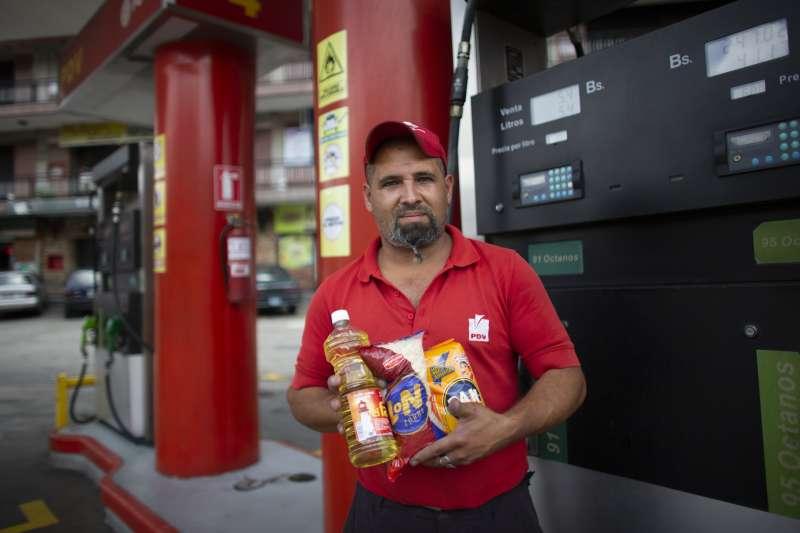 2019年10月,南美洲產油大國委內瑞拉深陷通膨危機,加油站也盛行以物易物(AP)