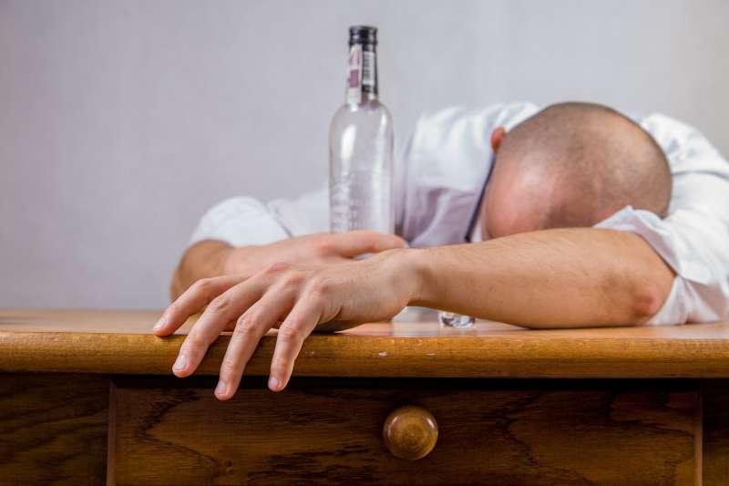 一名女子自稱小酌後跌倒送醫,卻被急診醫嗆「喝酒的人都是垃圾」。圖非當事人。(資料照,Pixabay)