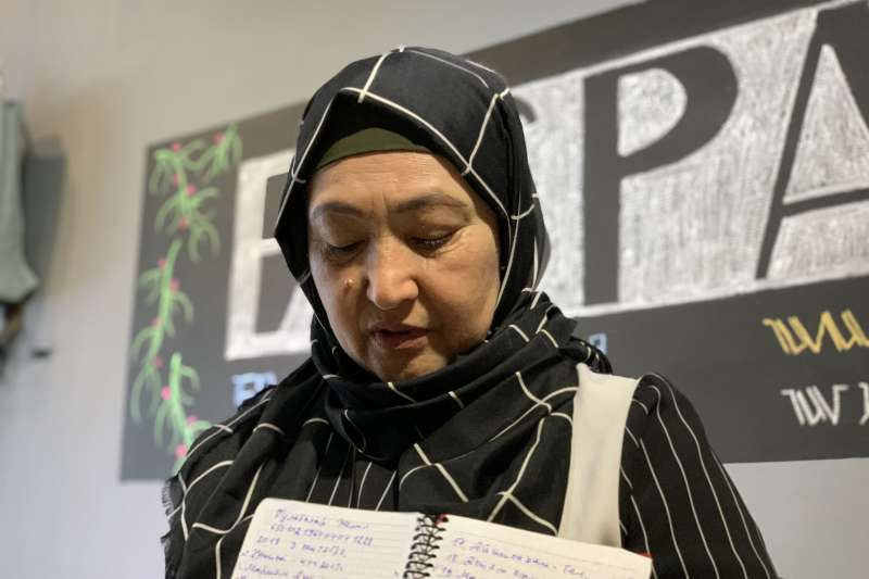再教育營受害者:哈薩克維吾爾人古力巴哈的筆記本記著被關押者名字(簡恒宇攝)