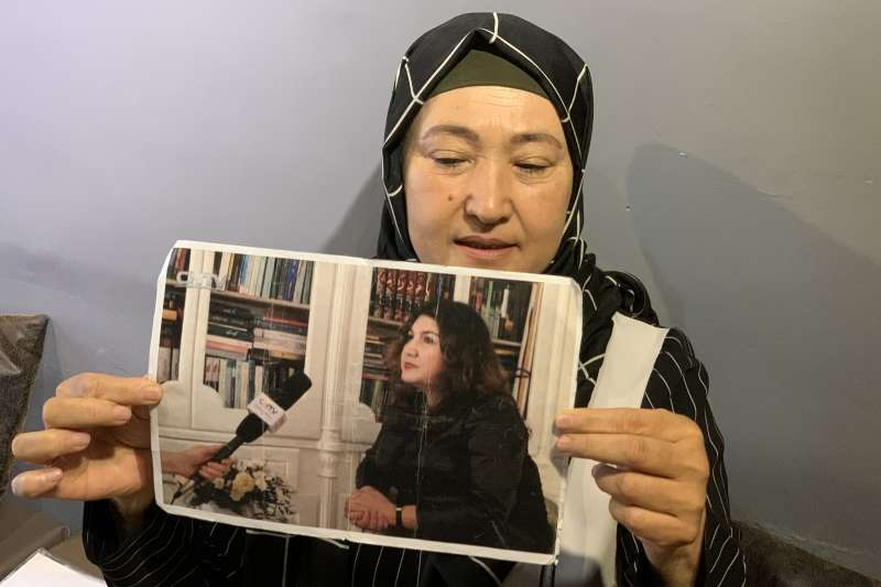 再教育營受害者:哈薩克維吾爾人古力巴哈秀出同樣被關押的維吾爾律師照片(簡恒宇攝)