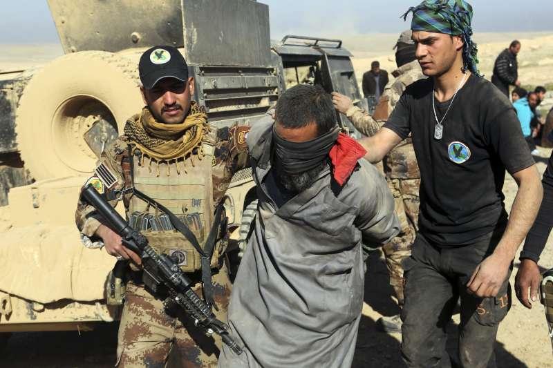 在伊拉克遭俘虜的伊斯蘭國戰士(中)(AP)
