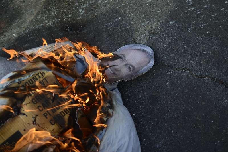 2019年10月,南美洲大國智利發生大規模動亂,民眾焚毀皮涅拉總統的肖像(AP)