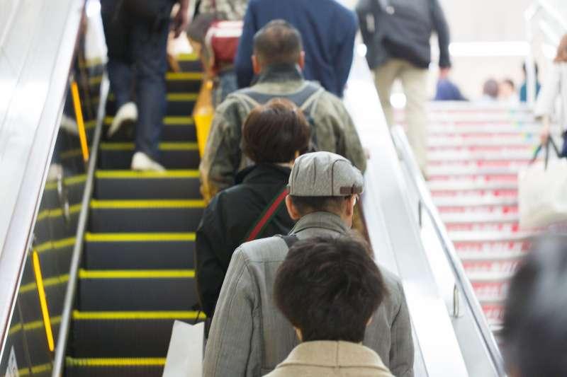 搭乘電扶梯該站哪?始終引發民眾熱烈討論。(資料照,取自pakutaso)