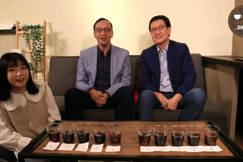 前新北市長朱立倫(中)29日與國民黨立委費鴻泰(右)合體直播時表示,總統蔡英文的支持度無法突破,顯示民眾對執政黨有非常多的不滿。(截圖自費鴻泰臉書)