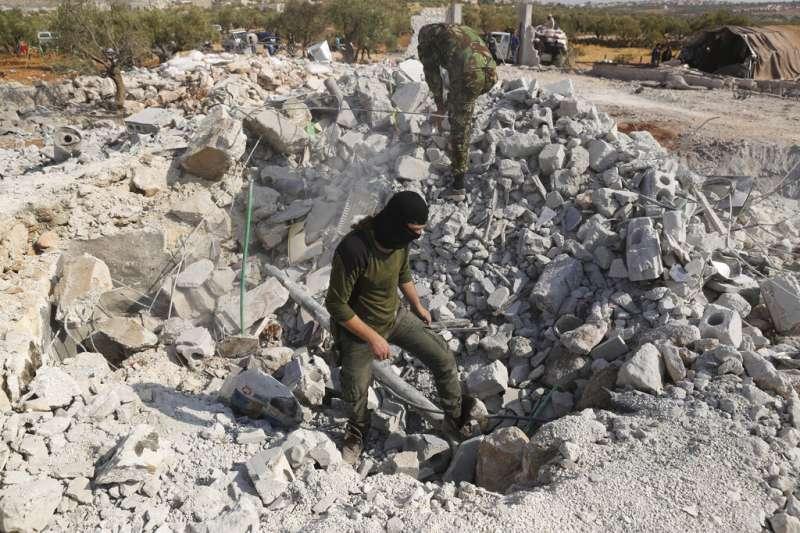 巴里沙的居民與遭到美軍轟炸的廢墟,巴格達迪的藏身處已被夷為平地。(美聯社)