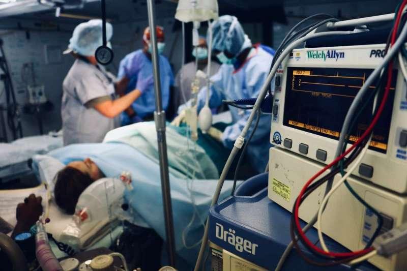 那天到了急診室,我才意識到這就是生命的終點,才告訴媽媽:「我都原諒你了,你安心的走吧。」(圖/Unsplash)