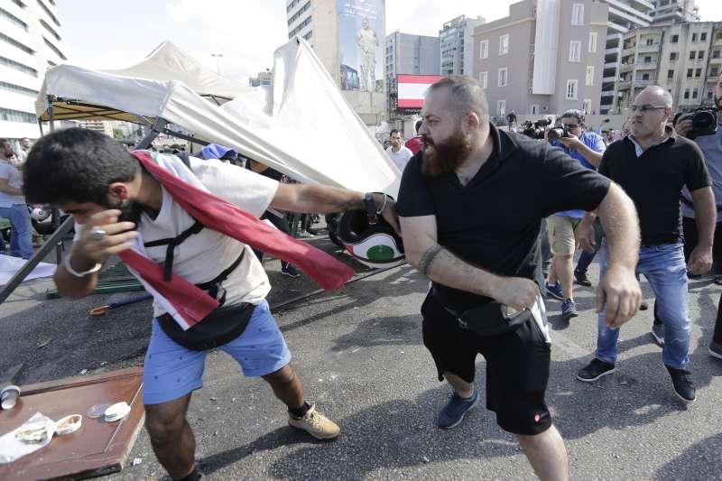 黎巴嫩示威:真主黨支持者攻擊和平示威民眾(AP)