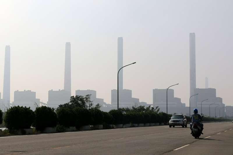 筆者不信什麼「市長換人,空氣就會換新」,因為台中電廠五根煙囪還是高聳在那,隔壁鄰居還是不時飄髒空氣到台灣。(作者陳先生提供)