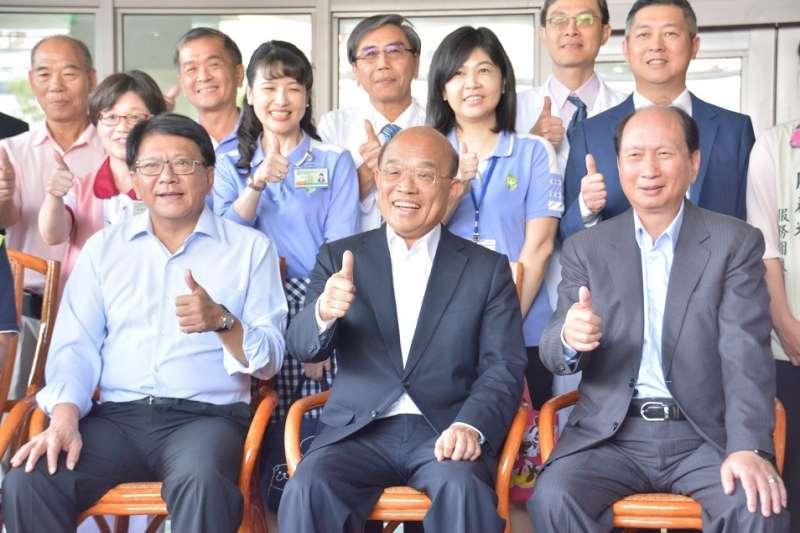 行政院長蘇貞昌(前排中)在縣長潘孟安(前排左)等人陪同下,前往衛生福利部屏東醫院新照護院區視察。(圖/屏東縣政府提供)