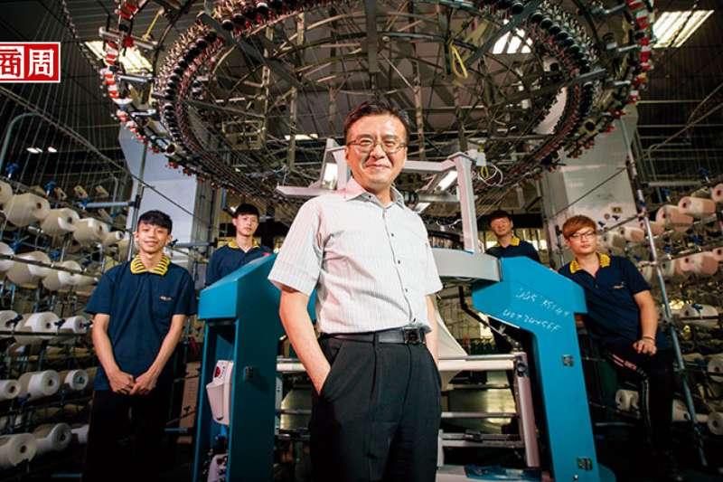 「東進西進不如上進,留在台灣,就必須把不可能變可能。」王堅倉(前)說。他背後的試車部員工,逾半是東北角當地青年。(攝影者.陳宗怡)