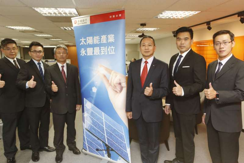林宏洋(右三)率領法金處團隊,說服永豐銀董事會承作太陽能融資。(郭晉瑋攝)
