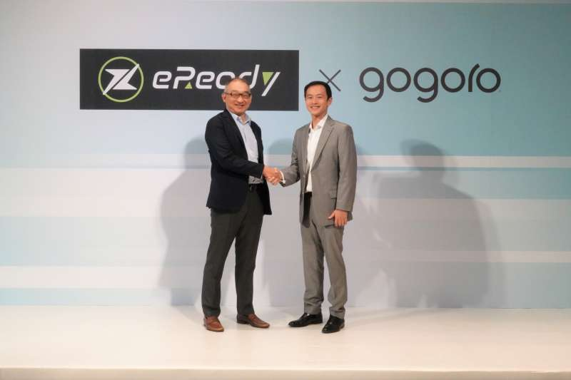 台鈴工業董事長 黃教信先生 與 Gogoro Network 總經理 潘璟倫 握手合影共創未來。 (圖/Gogoro)