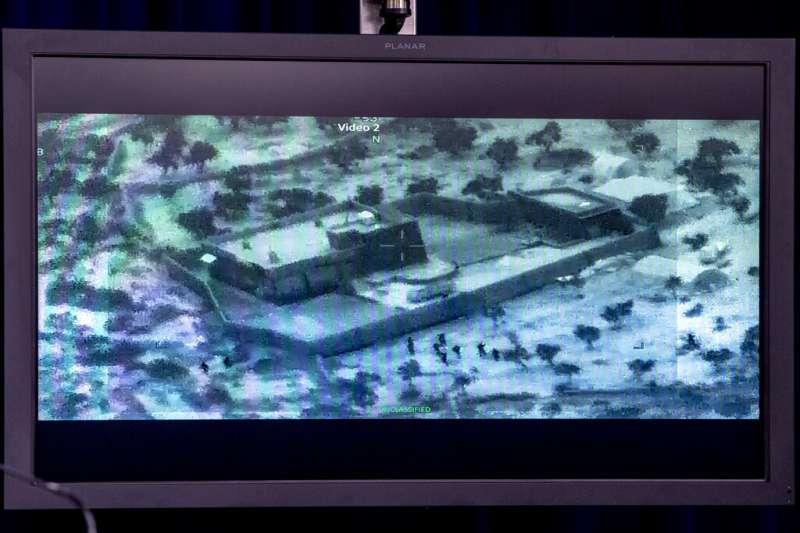 美軍中央司令部司令麥肯錫召開記者會,公布斬首巴格達迪行動的相關影像。(美聯社)