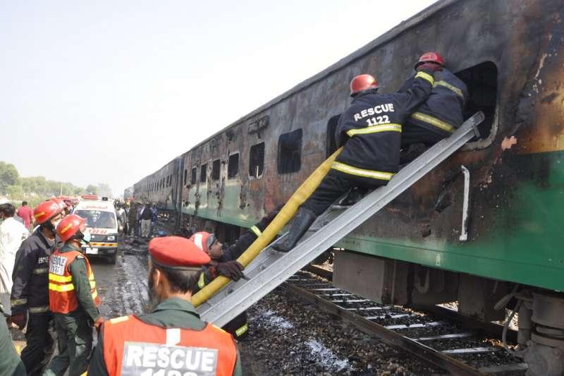 10月31日上午,巴基斯坦一列行駛中的火車發生起火意外,起因竟是乘客在車廂內烹煮造成爆炸。(AP)