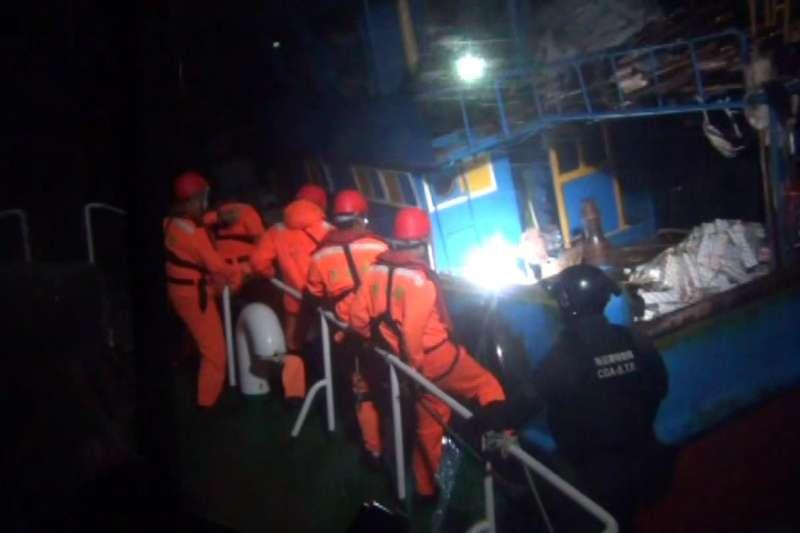 30日間有中國漁船在金門金湖鎮溪邊海域越界,海巡隊員、偵防分署特勤隊員準備登檢。(海巡署提供)