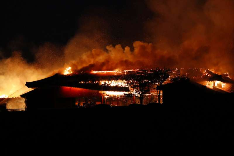 琉球王國時代的王宮首里城31日凌晨發生大火,正殿等主要建築付之一炬。(美聯社)