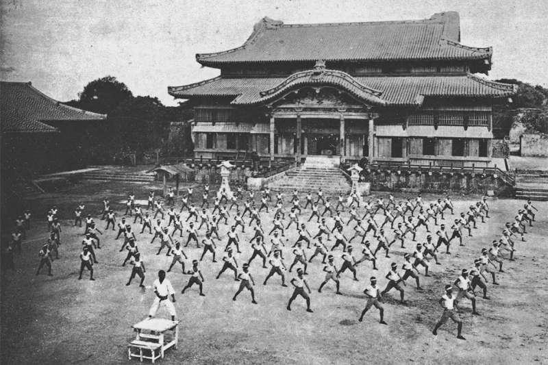 二戰前(1938年)的首里城,當時正殿前正在舉行武術展示。(維基百科/公用領域)