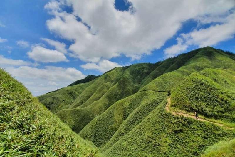 宜蘭礁溪的五峰旗山擁有大片連綿嫩綠的植披,遠遠望去就像是一座座「抹茶山」(圖/Instagram @s.a.n.d.r.a.xx)