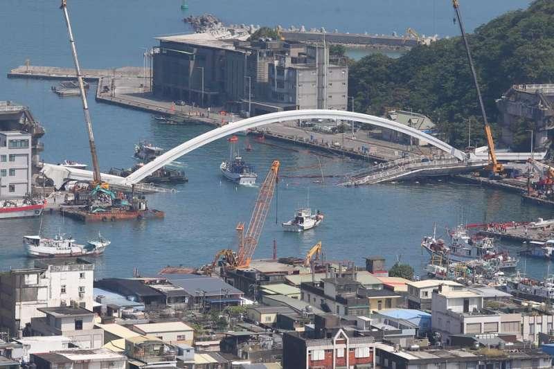 處理斷橋事件,林佳龍(左)在南方澳一待就是3天。(顏麟宇攝)