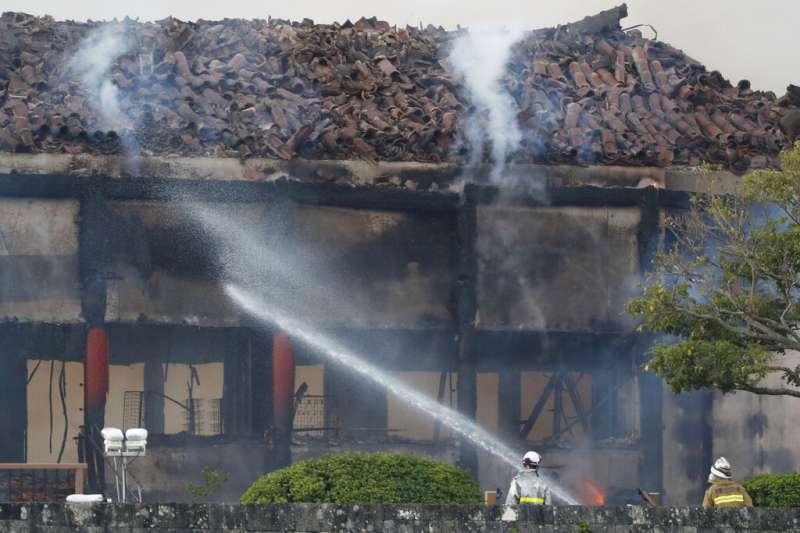 沖繩的首里城31日凌晨遭大火焚毀,正殿被燒到只剩骨架。(美聯社)
