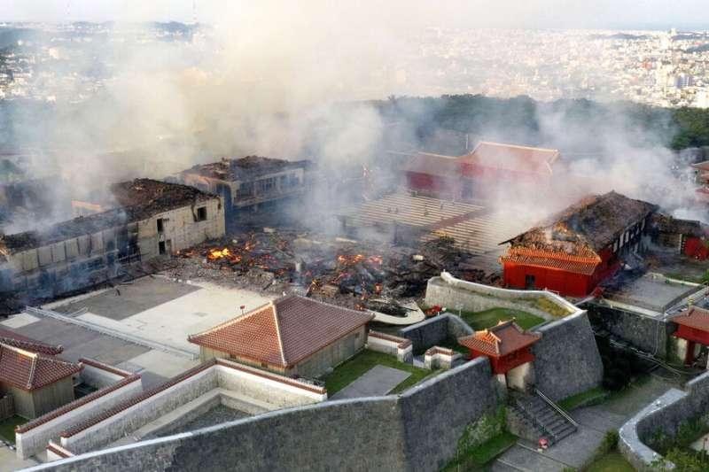 沖繩的首里城31日凌晨遭大火焚毀,正殿與南北殿幾乎被完全燒毀。(美聯社)