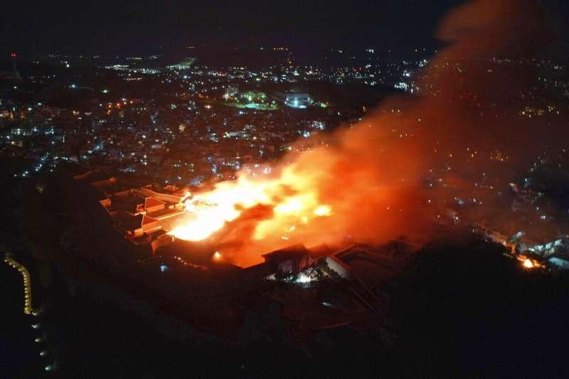 沖繩的首里城31日凌晨遭大火焚毀。(美聯社)