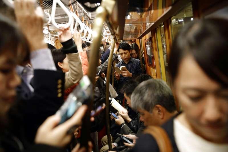 日本東京的電車一景。地鐵。通勤族。(美聯社)