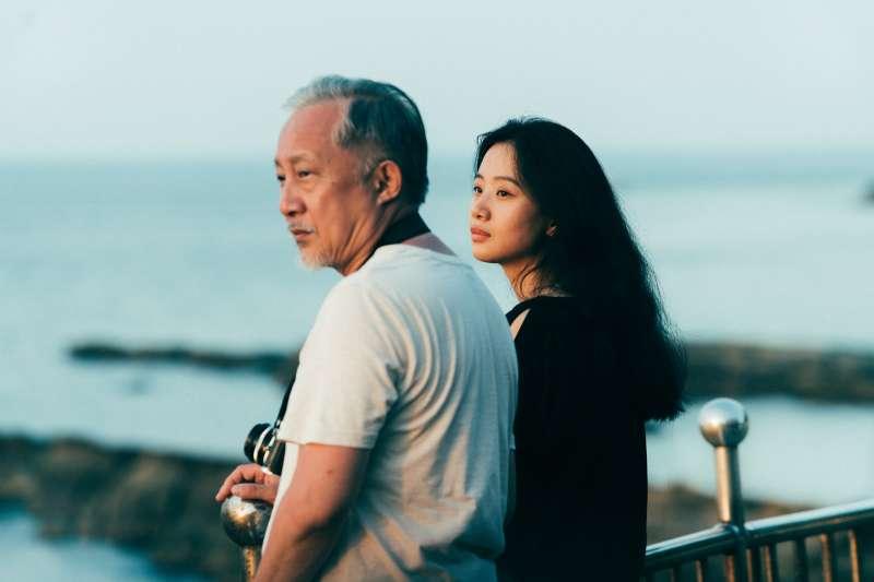 張作驥電影《那個我最親愛的陌生人》劇照,張曉雄、李夢。(海鵬影業提供)