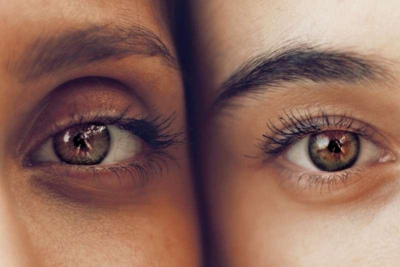 亞洲與非洲等膚色較深的種族,以及先天體質就容易有黑色素沉澱在眼周的人,特別容易有黑眼圈。(圖/unsplash)