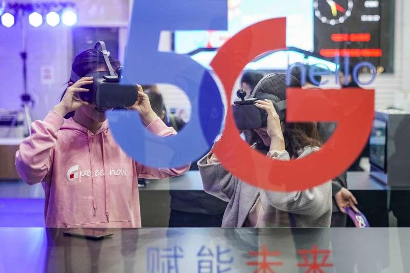中國電信北京公司朝陽門營業廳,消費者在體驗5G雲VR視頻。(新華社)