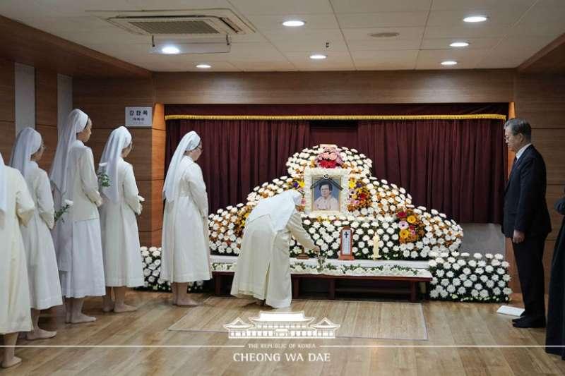 文在寅在釜山市南川天主教堂為母親舉行告別式。 (青瓦台)