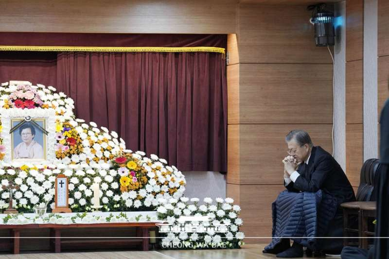 10月30日上午,文在寅在釜山市南川天主教堂的母親靈前陷入沉思。 (青瓦台)