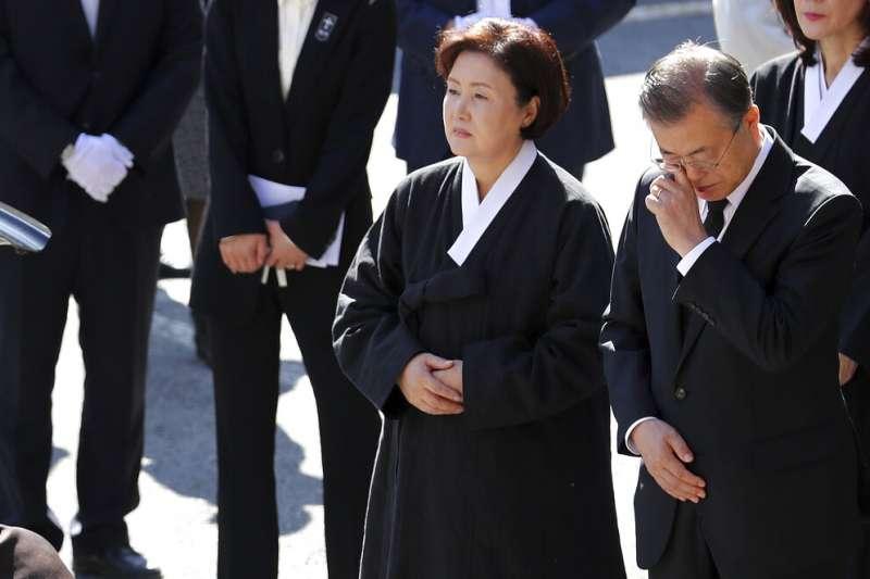 文在寅在母親的葬禮上拭淚。(美聯社)