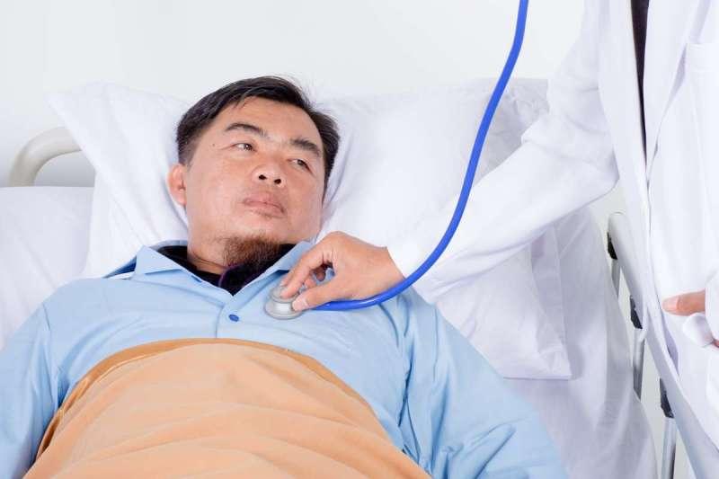 飯後、平躺時若常出現乾咳、打嗝症狀,有可能都是胃食道逆流惹禍(示意圖/Unsplash)