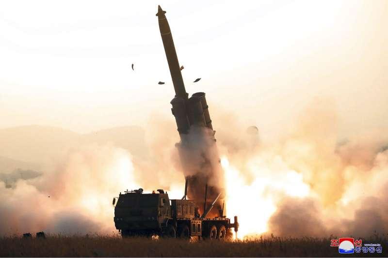 北韓(朝鮮)下午4時35分至4時38分從平安南道順川一帶,向半島東部海域(日本海)發射兩枚類型「不明飛行器」。(美聯社)