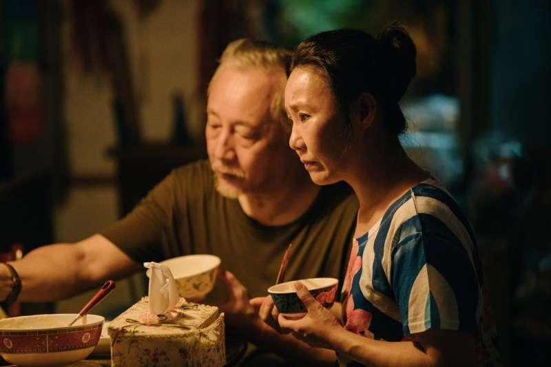 張作驥電影《那個我最親愛的陌生人》劇照,呂雪鳳、張曉雄。(海鵬影業提供)