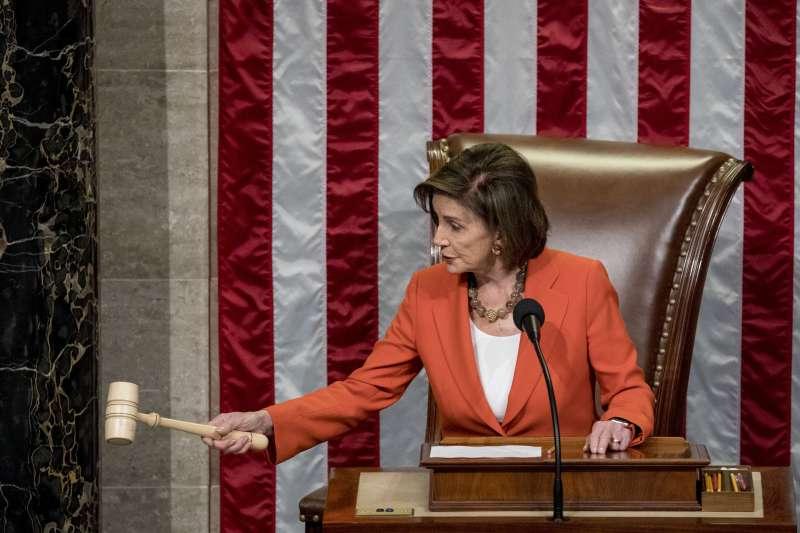 2019年10月31日,美國聯邦眾議院通過決議案,正式啟動彈劾川普總統,議長裴洛西敲下議事錘(AP)