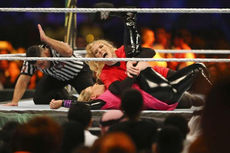 WWE女子聯盟在沙烏地阿拉伯開打,女性選手必須遮住四肢避免露出太多。(美聯社)