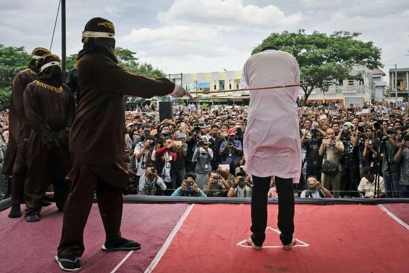 印尼亞齊省實施嚴苛的伊斯蘭律法,凡是做出婚外性行為、同性性行為或飲酒賭博等都會遭到公開鞭刑(美聯社)