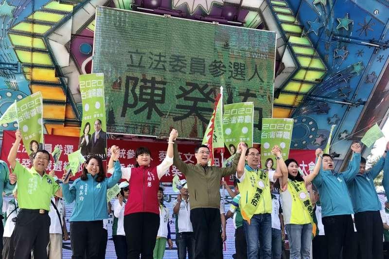 民進黨主席卓榮泰2日到南投輔選,並在現場嗆國民黨表示,要讓提名立委參選人的陳癸佑、蔡培慧雙雙當選。(民進黨提供)