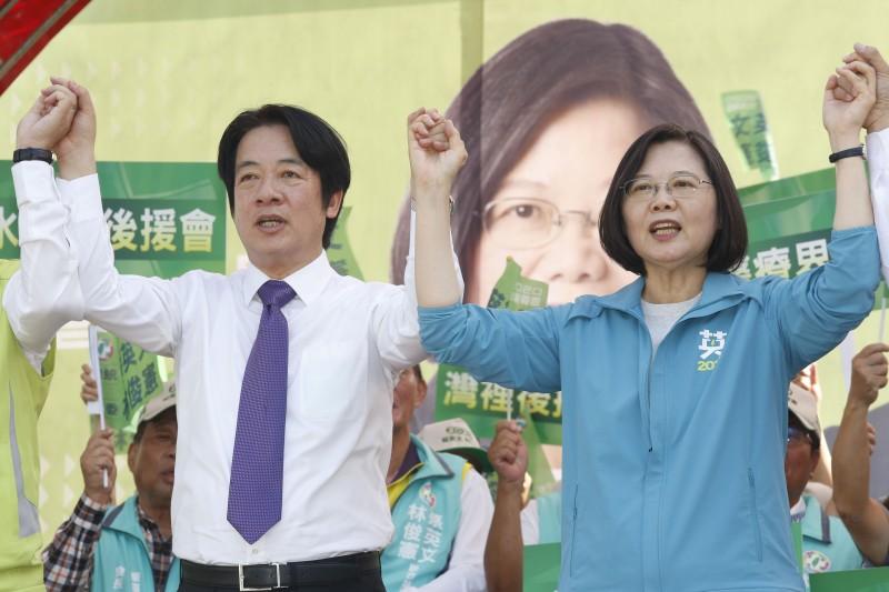 總統蔡英文(右)與前行政院長賴清德(左)的「英德配」終於在11月17日正式底定,並以「2020台灣要贏」做為競選口號。(資料照,郭晉瑋攝)