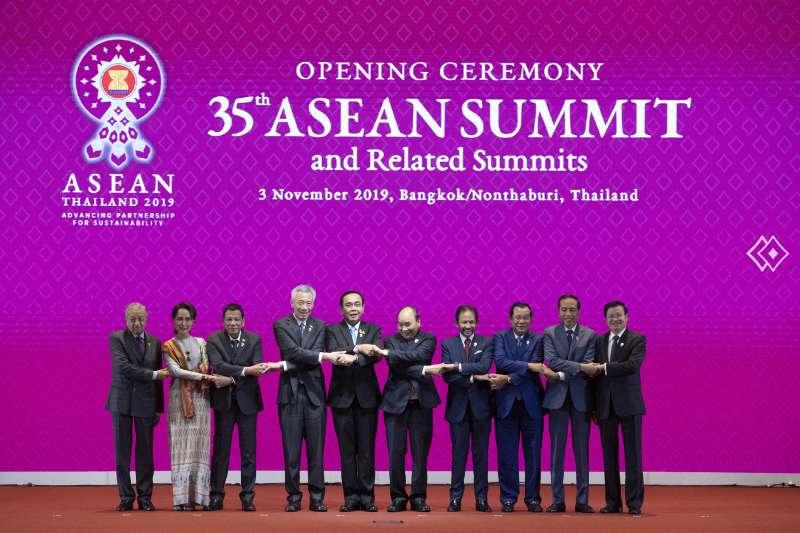 筆者認為,東協雖與中國建立多種夥伴關係,也簽訂不少條約,但組織不具真正的國家代表性,實質上能做的有限。圖為第35屆東協峰會。(資料照,美聯社)