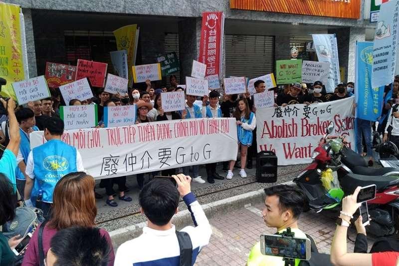 台灣國際勞工協會等多個勞團及多名移工3日依序至印尼、菲律賓及越南駐台辦事處前,要求各國對移工直聘議題表態。(取自TIWA台灣國際勞工協會官方臉書)