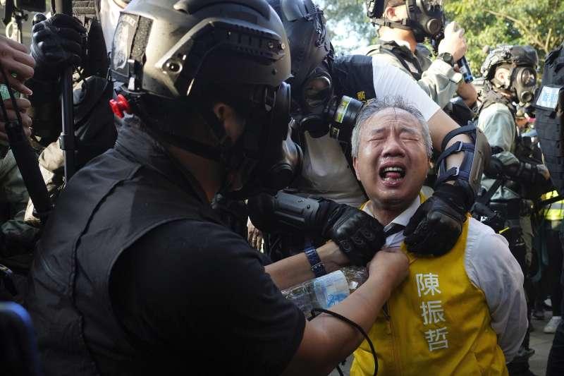 2019年11月2日,香港反送中示威,區議會參選人陳振哲(Richard Chan)被警方噴灑胡椒水(AP)